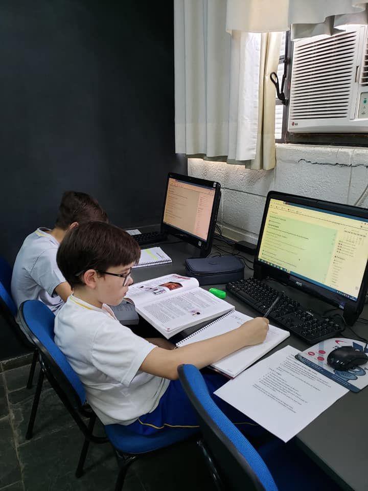 As práticas de ensino híbrido - que mesclam atividades comuns e tecnologia têm sido amplamente difundidas por especialistas da área de educação